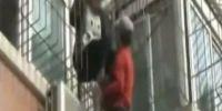 Σπαρακτικό βίντεο: Πατέρας σκαρφαλώνει σε κτίριο για να πείσει την κόρη του να μην αυτοκτονήσει