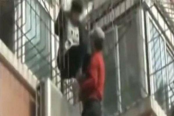 You are currently viewing Σπαρακτικό βίντεο: Πατέρας σκαρφαλώνει σε κτίριο για να πείσει την κόρη του να μην αυτοκτονήσει