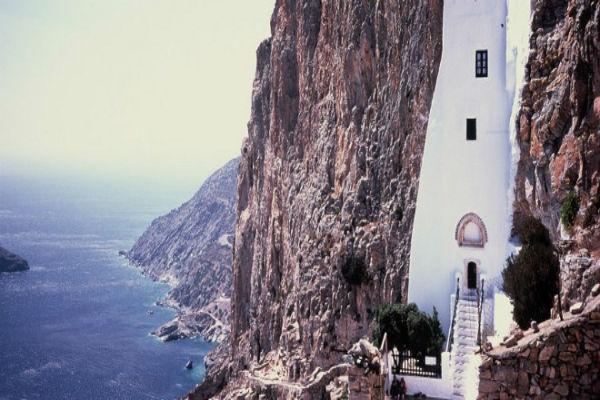 Προσευχή στην άκρη του γκρεμού -Τα πιο μαγικά μοναστήρια του κόσμου «κρέμονται» από βράχους [εικόνες]