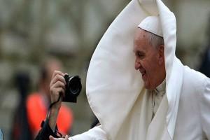 Ο Πάπας ποζάρει και ο άνεμος του χαλάει τα σχέδια
