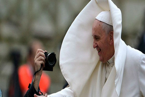 You are currently viewing Ο Πάπας ποζάρει και ο άνεμος του χαλάει τα σχέδια