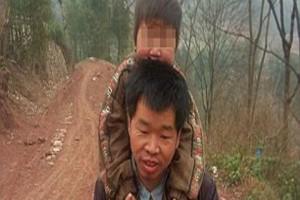 Ενας αφοσιωμένος πατέρας -Περπατά καθημερινά 29 χιλιόμετρα μεταφέροντας στους ώμους του τον ανάπηρο γιο του [εικόνες]