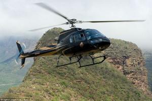 Ανυπέρβλητα εμπόδια: Παίκτες γκολφ πετούν το μπαλάκι πάνω από ένα βουνό και μετακινούνται με ελικόπτερο [εικόνες&βίντεο]