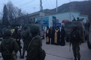 Ιερείς ευλογούν στρατιώτες στην Σεβαστούπολη
