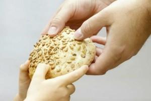 Διανομή τροφίμων σε άπορες οικογένειες της Τήνου από την Ι.Μ Σύρου – ΣΤΟ ΠΛΑΙΣΙΟ ΤΟΥ ΠΡΟΓΡΑΜΜΑΤΟΣ «ΕΙΜΑΣΤΕ ΜΙΑ ΟΙΚΟΓΕΝΕΙΑ»