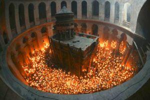 Έλληνας πιάνει το Άγιο Φως και δεν καίγεται (ΒΙΝΤΕΟ)