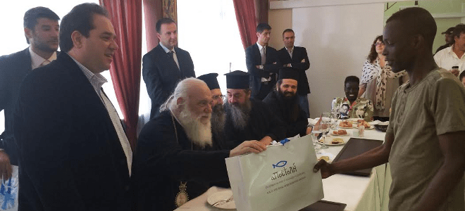 Ο Αρχιεπίσκοπος Ιερώνυμος γευμάτισε με ανήλικους μετανάστες της «Αποστολής» [εικόνες]