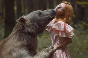 Φωτογραφίζονται σε άβολες πόζες με άγρια ζώα -Το παράτολμο εγχείρημα μιας Ρωσίδας καλλιτέχνιδας [εικόνες]
