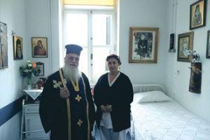 O π.Φιλόθεος μας ξεναγεί στο δωμάτιο που εκοιμήθη ο Άγιος Νεκτάριος