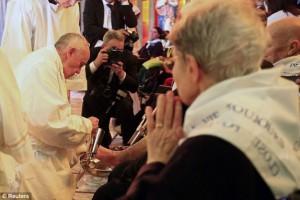 Ο Πάπας Φραγκίσκος έπλυνε τα πόδια 12 ανθρώπων με ειδικές ανάγκες