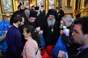 Ο Μητροπολίτης Πειραιώς μοίρασε 4.000 σακούλες τροφίμων (ΦΩΤΟ)