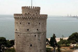Η φωτογραφία που σαρώνει τα social media -Καταστηματάρχης στη Θεσσαλονίκη «περιέφραξε» φανάρι [εικόνα]
