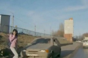 Απίστευτο τροχαίο -Αυτοκίνητο παρασύρει και εκσφενδονίζει στον αέρα γυναίκα που αφηρημένη μιλά στο κινητό της [βίντεο]