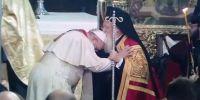 Το φιλί του Οικουμενικού Πατριάρχη στον Πάπα Φραγκίσκο (ΒΙΝΤΕΟ)