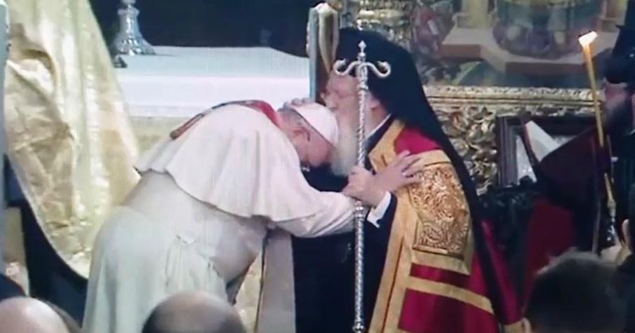 You are currently viewing Το φιλί του Οικουμενικού Πατριάρχη στον Πάπα Φραγκίσκο (ΒΙΝΤΕΟ)