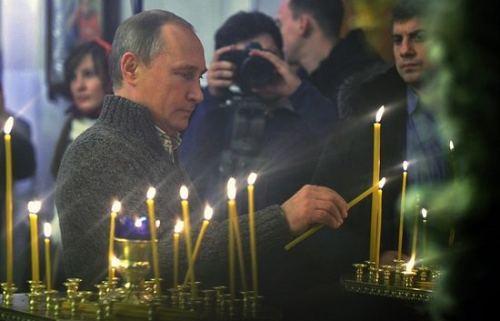 You are currently viewing Σε αγροτική εκκλησία στο Βορονέζ ο Πούτιν (ΒΙΝΤΕΟ)