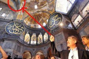 Ανησυχεί ο τουρκικός τύπος από τα «περίεργα» γεγονότα στην Αγία Σοφία