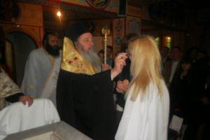 Ο  Επίσκοπος Κερνίτσης Χρύσανθος βάφτισε μία ενήλικη