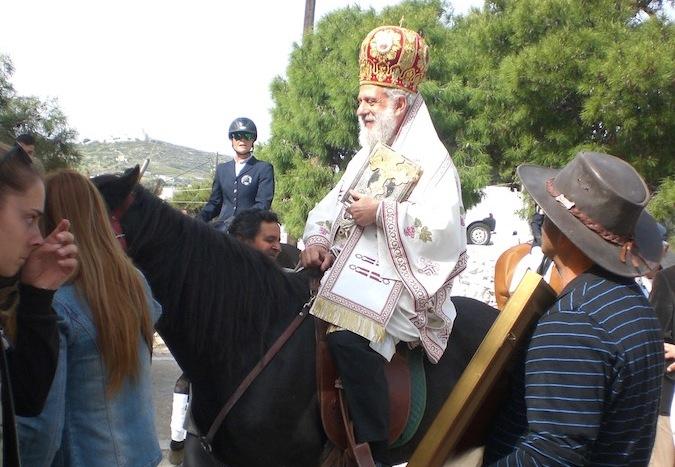 Ο Μητροπολίτης Σύρου Δωρόθεος προεξήρχε σε λιτανεία έφιππος!