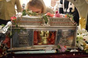 """Το περιφερόμενο Ιερό Λείψανο της Αγίας Βαρβάρας και το περιφερόμενο… """"πτώμα"""" του κ.Φίλη, απο κανάλι σε κανάλι."""