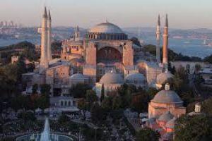 Η πρόκληση των φανατικών Ισλαμιστών μπροστά στην Αγία Σοφία στην Κωνσταντινούπολη.