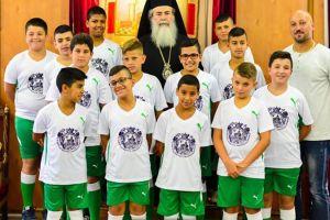 """Ομάδα νέων ποδοσφαιριστών της """"Ακαδημίας της Χριστιανικής Συνοικίας"""" στον Πατριάρχη Ιεροσολύμων"""