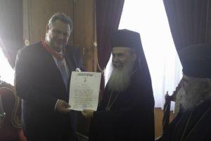 Ο Πατριάρχης Ιεροσολύμων παρασημοφόρησε τον Πάνο Καμμένο