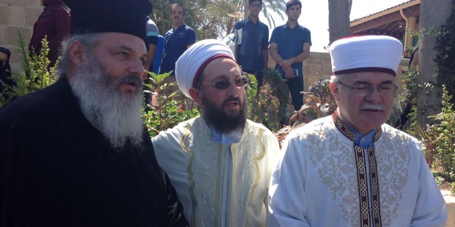 You are currently viewing Ανοίγματα της Εκκλησίας της Κύπρου στους Ισλαμιστές –  Πρώτη  φορά ελληνοκύπριος Ορθόδοξος  ιερέας στο Τέμενος Χαλά Σουλτάν