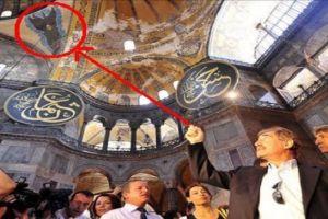 Ανησυχεί ο τουρκικός τύπος από τα «περίεργα» γεγονότα στην Αγία Σοφία.