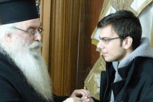 Ο Φίλιππος Συτιλίδης με  την ευχή του Μητροπολίτη Καστορίας και ένα Σταυρό για ευλογία ξεκίνησε το ταξίδι για το Χάρβαρντ