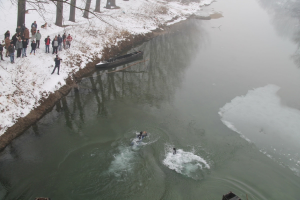 Διδυμότειχο: Αψήφισαν  χιόνια και παγωνιά και βούτηξαν για τον Σταυρό