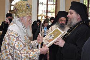 Ελπιδοφόρες στιγμές από την Πατριαρχική Λειτουργία στον Άγιο Βουκόλο Σμύρνης