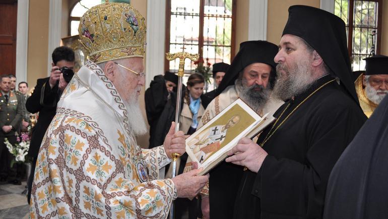 You are currently viewing Ελπιδοφόρες στιγμές από την Πατριαρχική Λειτουργία στον Άγιο Βουκόλο Σμύρνης