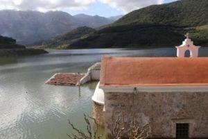 «Αναδύθηκε» εκκλησία που είχε βυθιστεί στα νερά φράγματος στην Κρήτη