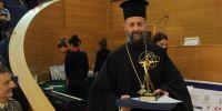 Ένας διαφορετικός ιερέας απόφοιτος του Χάρβαρντ, που βοηθά τα άτομα με ειδικές ανάγκες