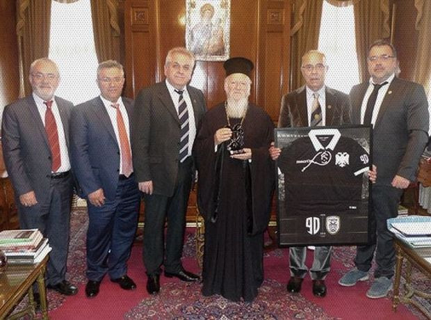 You are currently viewing Με την επετειακή φανέλα του Δικέφαλου στον Οικουμενικό Πατριάρχη