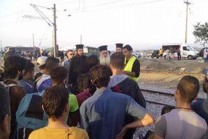 Χριστιανοί Σύριοι παρακολουθούν τη θ.λειτουργία στην Ειδομένη