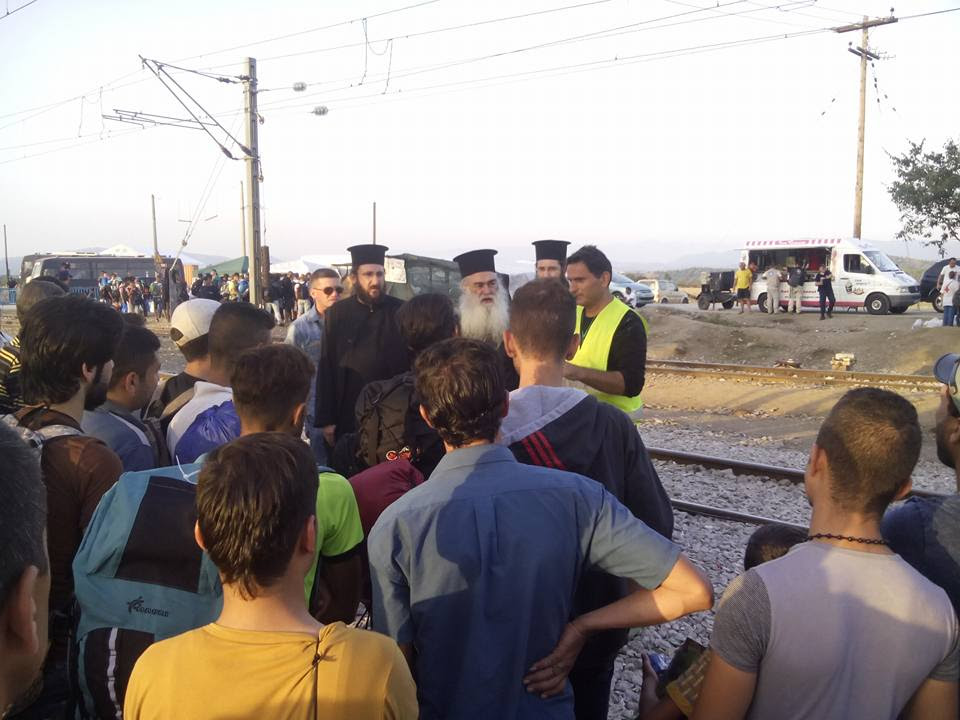 You are currently viewing Χριστιανοί Σύριοι παρακολουθούν τη θ.λειτουργία στην Ειδομένη