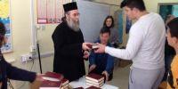 Ο μητροπολίτης Κισάμου μοίρασε σε σχολείο την Αγία Γραφή