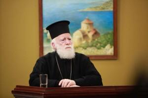 """Ο 94χρονος ιερέας π. Ιωαννίκιος αναστατώνει την Κρήτη με το θαυματουργό λαδάκι του Αγίου Ανανία.  ••Παρέμβαση Κρήτης Ειρηναίου: """"Να μην στηρίζουμε τις ελπίδες μας μόνο στα θαύματα"""""""
