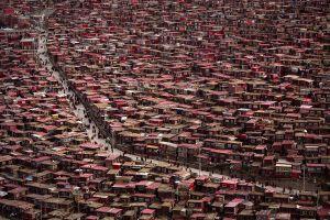 Οι ξύλινες καλύβες που φιλοξενούν 40.000 μοναχούς– Ένα θαύμα της ζωής και της θέλησης του ανθρώπου