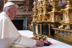 Σε ρυθμούς… theatrale! Τα …γαλάζια τριαντάφυλλα του Πάπα στην Παναγία