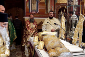 Ο μητροπολίτης Γλυφάδας ενδεδυμένος τον Αρχιερατικό Σάκο του Αγίου Χρυσοστόμου Σμύρνης