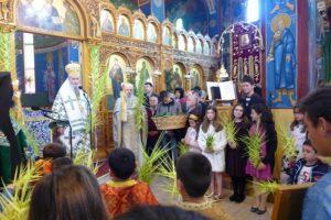 Παιδιά με βάϊα στα χέρια συμμετείχαν στην αρχιερατική λειτουργία στο Αντίρριο