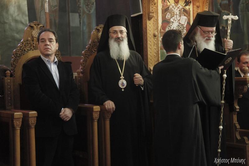 """Το είδαμε κι αυτό: ο Γεν. Διευθυντής της """"ΑΠΟΣΤΟΛΗΣ"""" κ. Κωστής Δήμτσας, να συγχοροστατεί στο παραθρόνιο με τον Αρχιεπίσκοπο και τον Αλεξανδρουπόλεως!!"""
