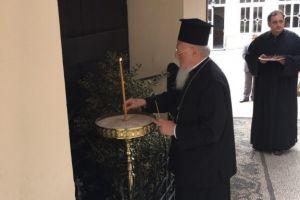 Το κερί του Πατριάρχη Βαρθολομαίου στη μνήμη του προκατόχου του Γρηγορίου Ε', στο σημείο του μαρτυρίου Του.