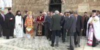 """Ο ανιστόρητος Μάκης Μπαλαούρας βρήκε το.."""" δάσκαλό"""" του, έξω από την Παναγία την Καθολική στη Γαστούνη."""