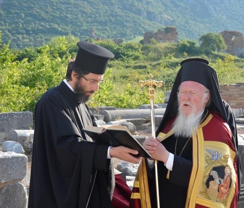 You are currently viewing Η προσευχή και το δάκρυ του Πατριάρχη στα ερείπια της Βασιλικής της Θεοτόκου στην Έφεσο