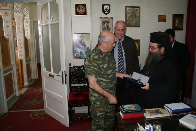 Ο Αρχηγός ΓΕΣ προσέφερε στον Μητροπολίτη Χίου ένα ξίφος ίσα με το μπόι του!!!