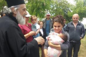 Ο πολιός Ιεράρχης, Μητροπολίτης Φιλίππων Προκόπιος κοντά στους πρόσφυγες